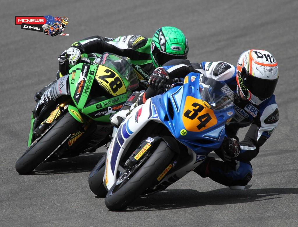Daniel Mettam battles with Shane Richardson in the F2 600 class