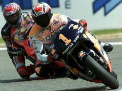 Alex Criville leads Norick Abe at Le Mans 2000