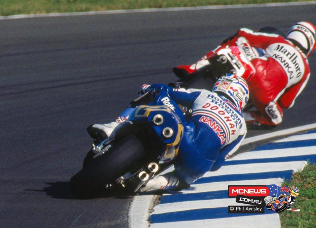 Wayne Rainey / Yamaha YZR500 leads Mick Doohan / Honda NSR500