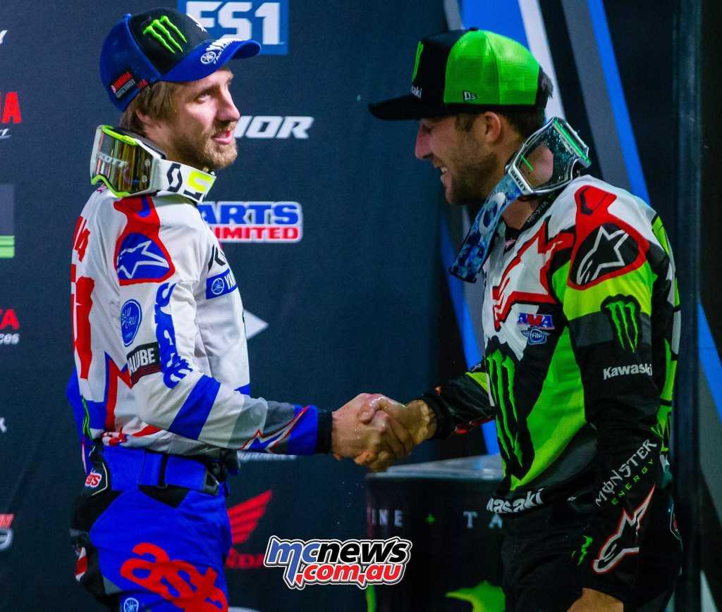 Tomac shakes Barcia's hand on the podium - Image by Hoppenworld