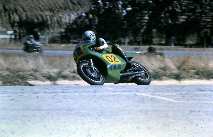 Gregg Hansford heading onto the main straight at Hume Weir, Albury, 1977.
