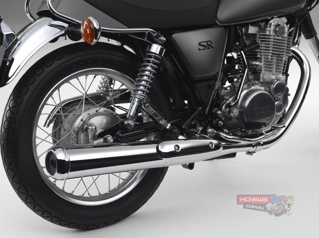 The SR400 is equipped with traditional upright front forks that give 150mm of wheel travel for a smooth ride and easy steering. At the rear end this classic big single is fitted with a proven twin shock system that offers 100mm of suspension movement. Together with the well-padded dual seat, the smooth action suspension ensures a relaxing ride, making the SR400 one of the most comfortable ways to get about in the city or countryside.