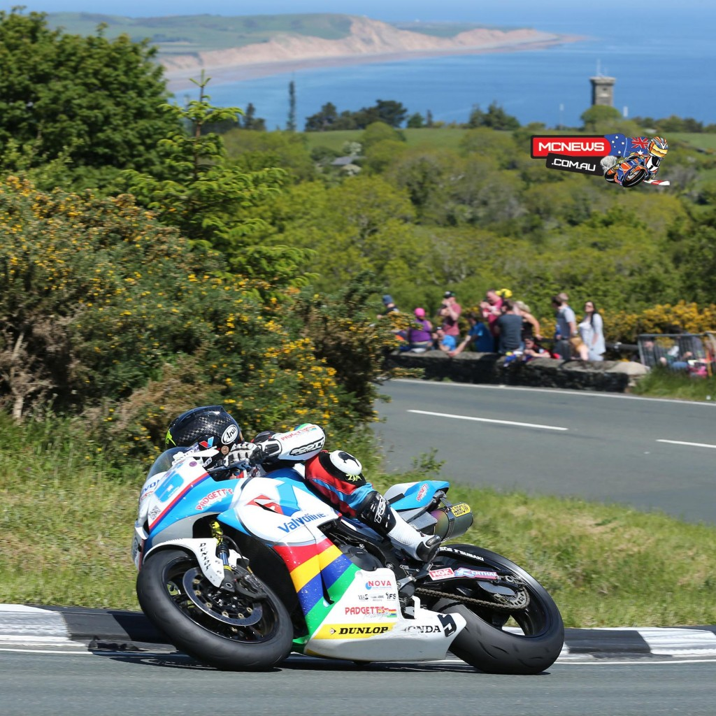 Bruce Anstey (Valvoline Racing by Padgetts Motorcycles Honda) at the Gooseneck during Monster Energy Supersport Race 2. Credit Dave Kneen/Pacemaker Press Intl.