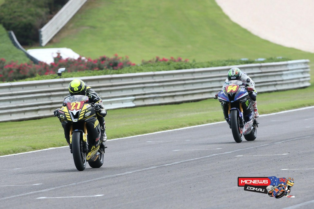 Joe Roberts (27) beat Richie Escalante (54) to the line to win the Superstock 600 final. Photography by Brian J. Nelson.