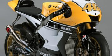 Sunday kicked off with Rossi, Lord March, Kimura-san, Kuwata-san, Tsuji-san and Jarvis revealing the Doctor's Yamaha YZR-M1, equipped with a special livery, in Yamaha's display area in the F1 Paddock.
