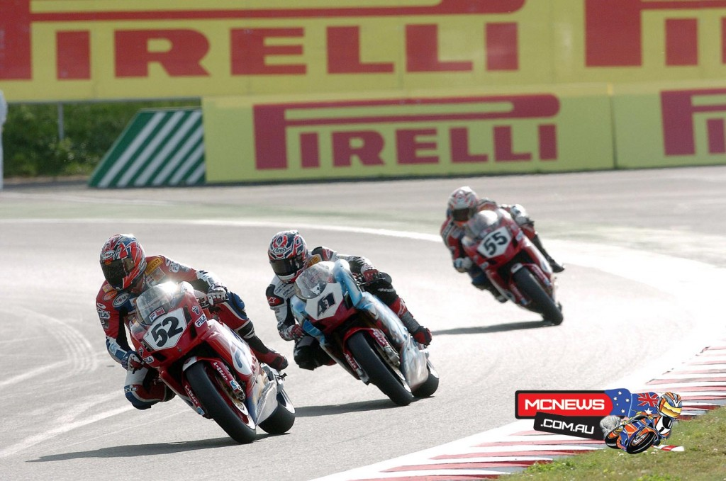 James Toseland (GBR) leading the WorldSBK race at Magny-Cours 2004