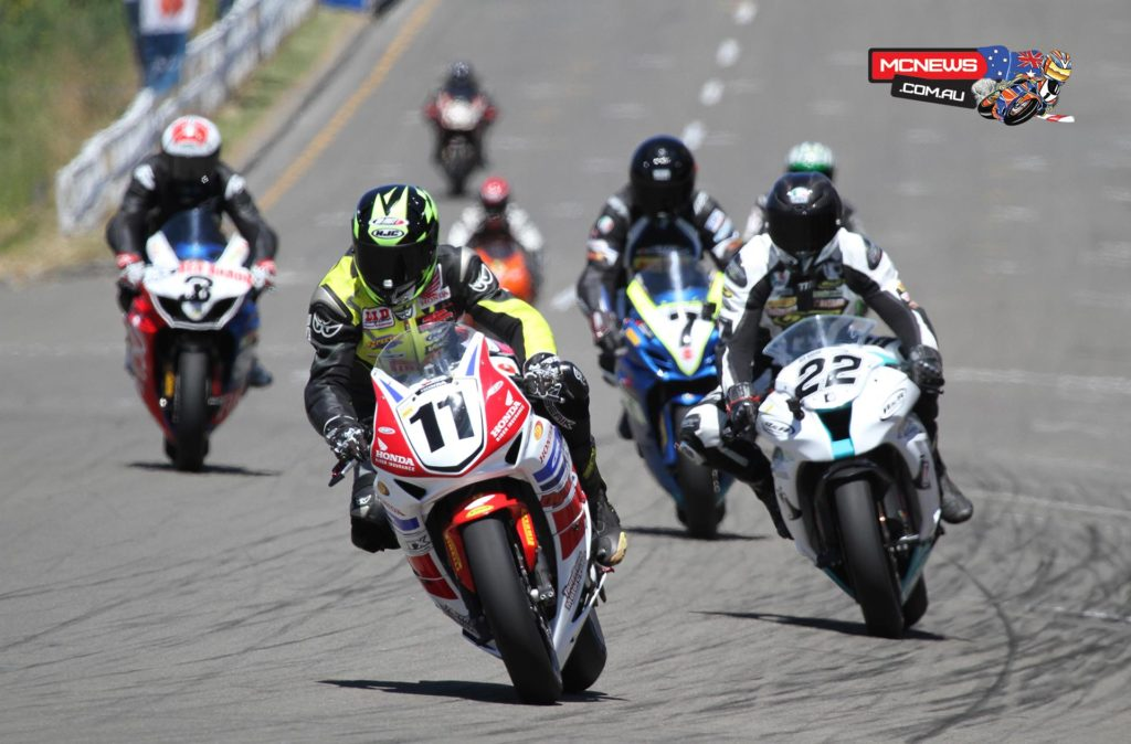 Tony Rees leads the F1 Superbike pack around the Cemetery Circuit