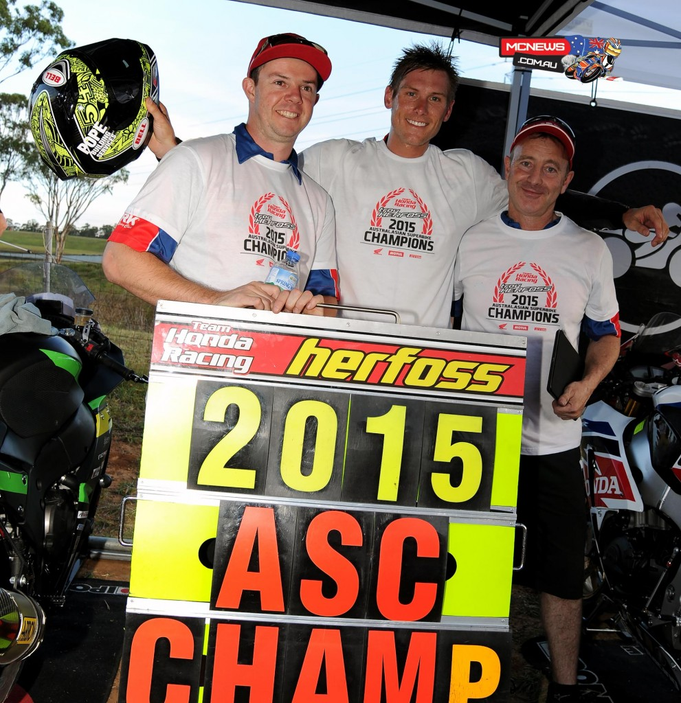Troy Herfoss with Team Honda mechanics Shaun Clarke and Glenn Granger