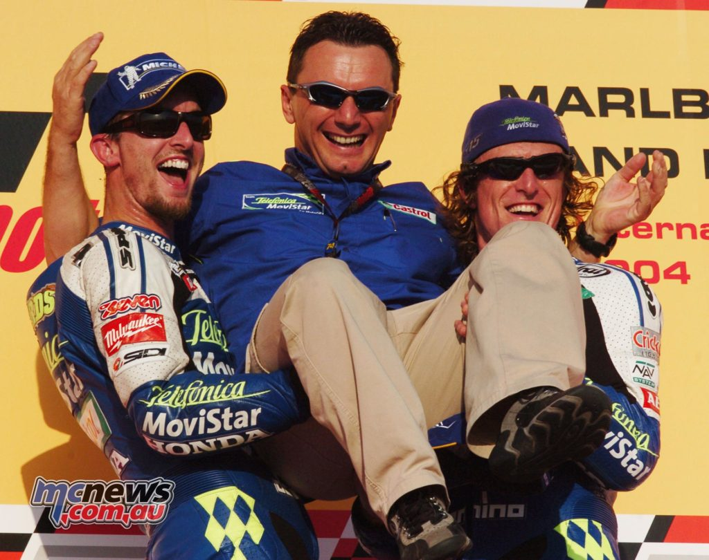 2004 - A ONE-TWO TO ENTER THE ÉLITE Sete Gibernau first, Colin Edwards second: in the 2004 Grand Prix of Qatar, the Gresini Racing team puts their two bikes in front of everyone, thus entering the restricted élite of teams that can boast a one-two in the premier class.