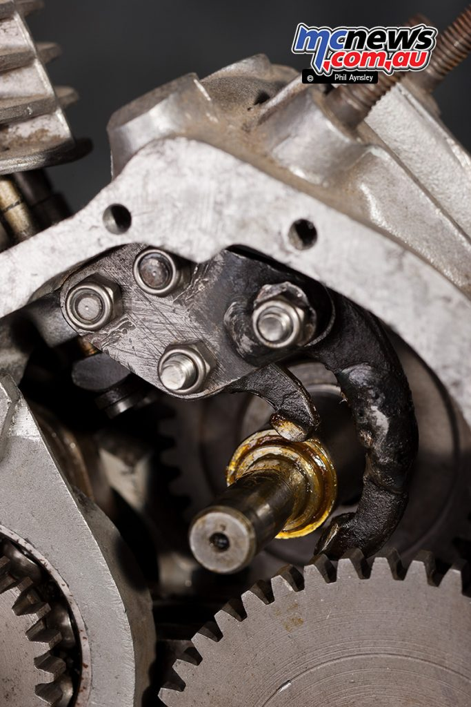 The 'fixed speed' engine had only one lobe on the camshaft (which also acts as the primary gear) with one normal rocker arm and one 'special arm'.
