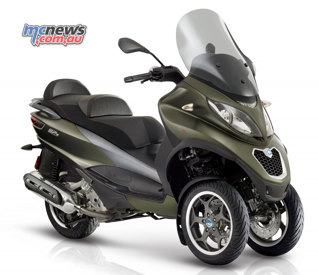 Piaggio MP3 500 Sport. The front suspension block mechanism allows the MP3 to be left without a stand and disengages when moving, or at the press of a button.