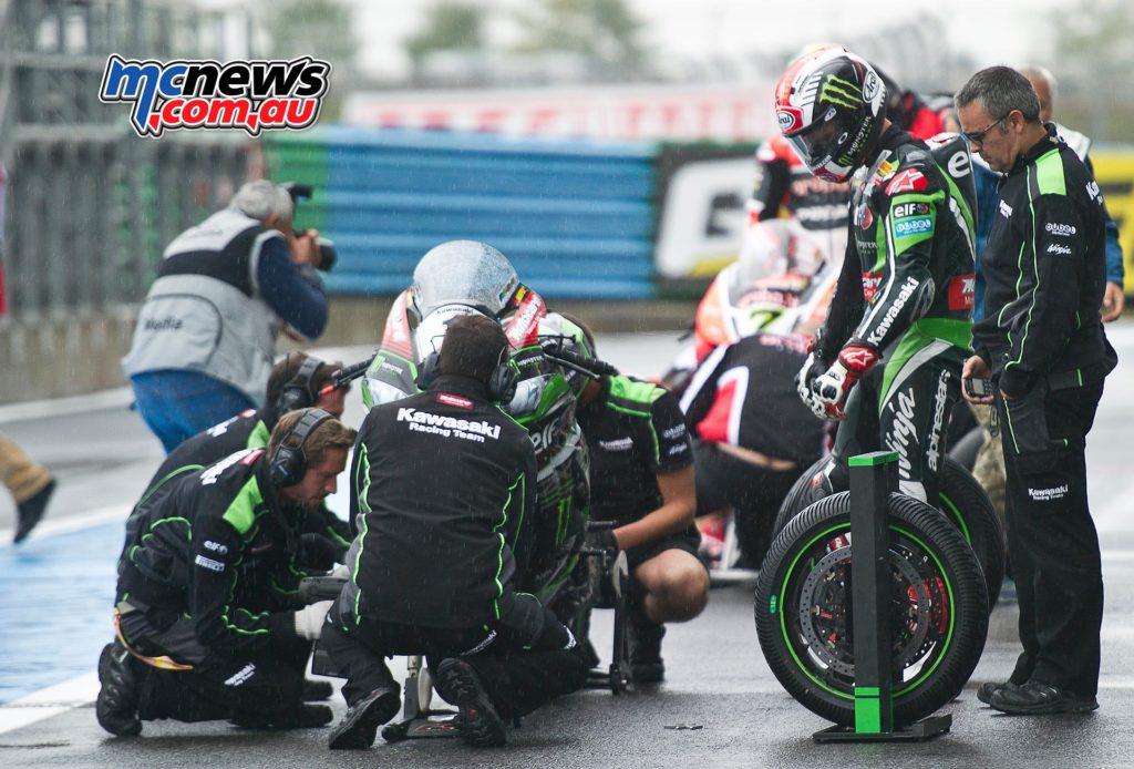 WorldSBK 2016 Magny-Cours Race One - Jonathan Rea tyre change