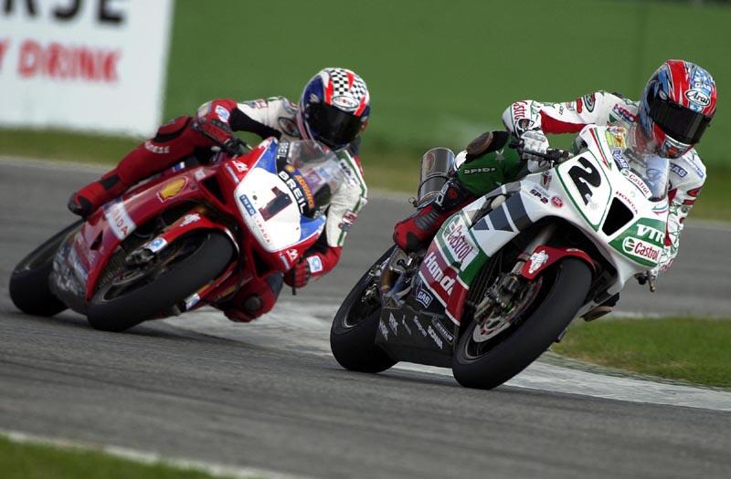 Colin Edwards (Honda) leads Troy Bayliss (Ducati)