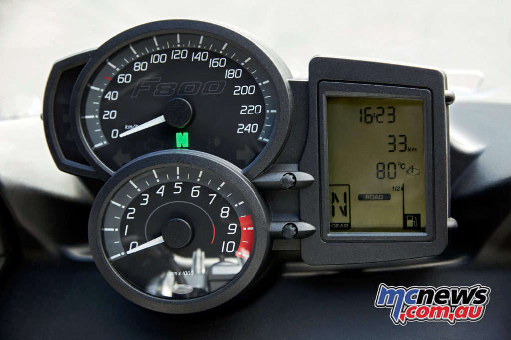 2017 BMW F 800 GT - dual analogue clocks with digital multifunction display