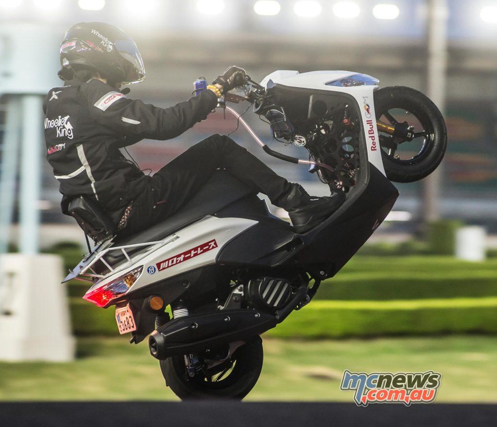 Masaru Abe breaks wheelie record with 500km mono on Yamaha Jog