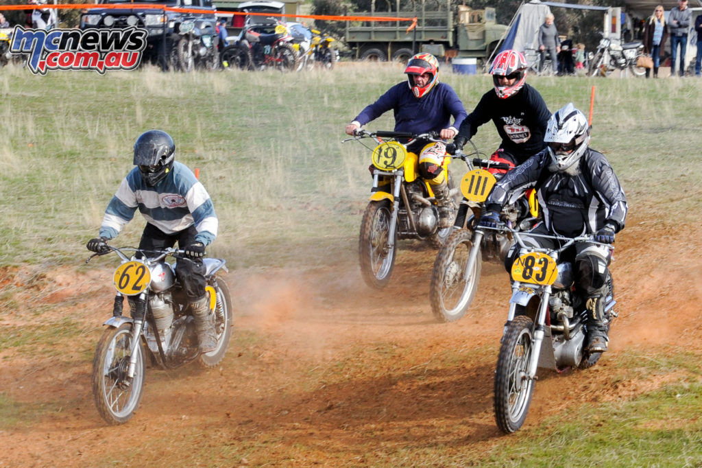 Des Heaney on the Matchless (#62) going around the outside of Johnie Kempers on the Triumph (#83)