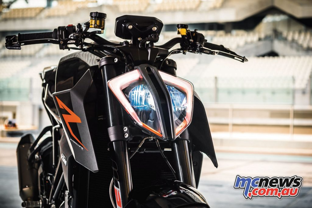 A modern LED light gives the Super Duke R a very distinct character