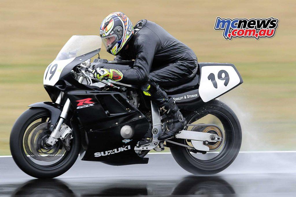 Brett Simmonds Suzuki GSX-R750 in the wet