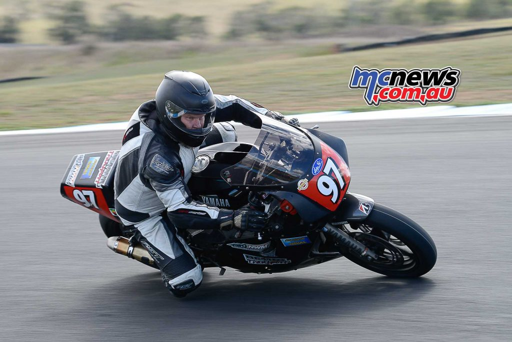 Dave McCullagh Yamaha FZR1000 on his way to setting a new historic lap record