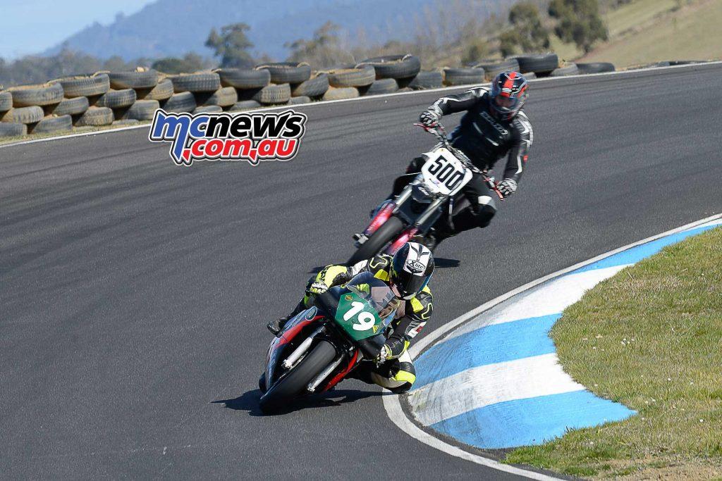 Brett Simmonds Honda RS2 leads Julian Winlow Honda CR500 through Sucker Corner