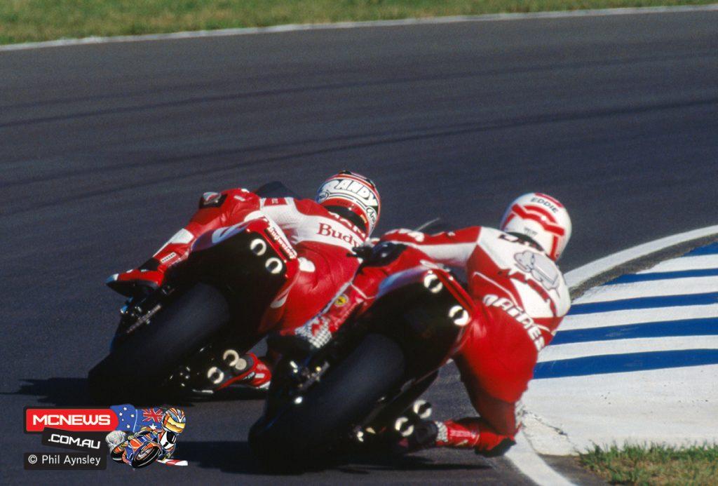 Randy Mamola / Yamaha YZR500 leads Eddie Lawson / Cagiva C592