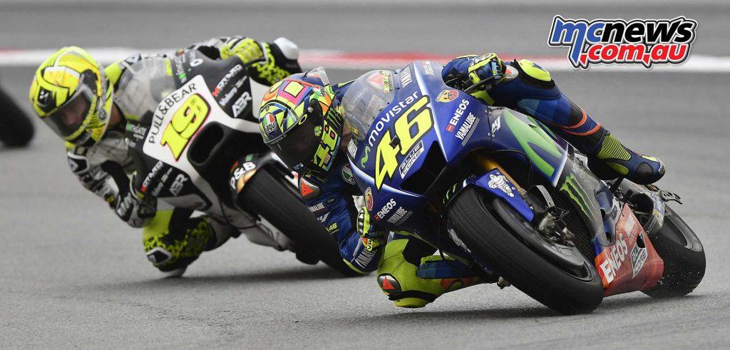 Álvaro Bautista chases Valentino Rossi - Sepang MotoGP 2017