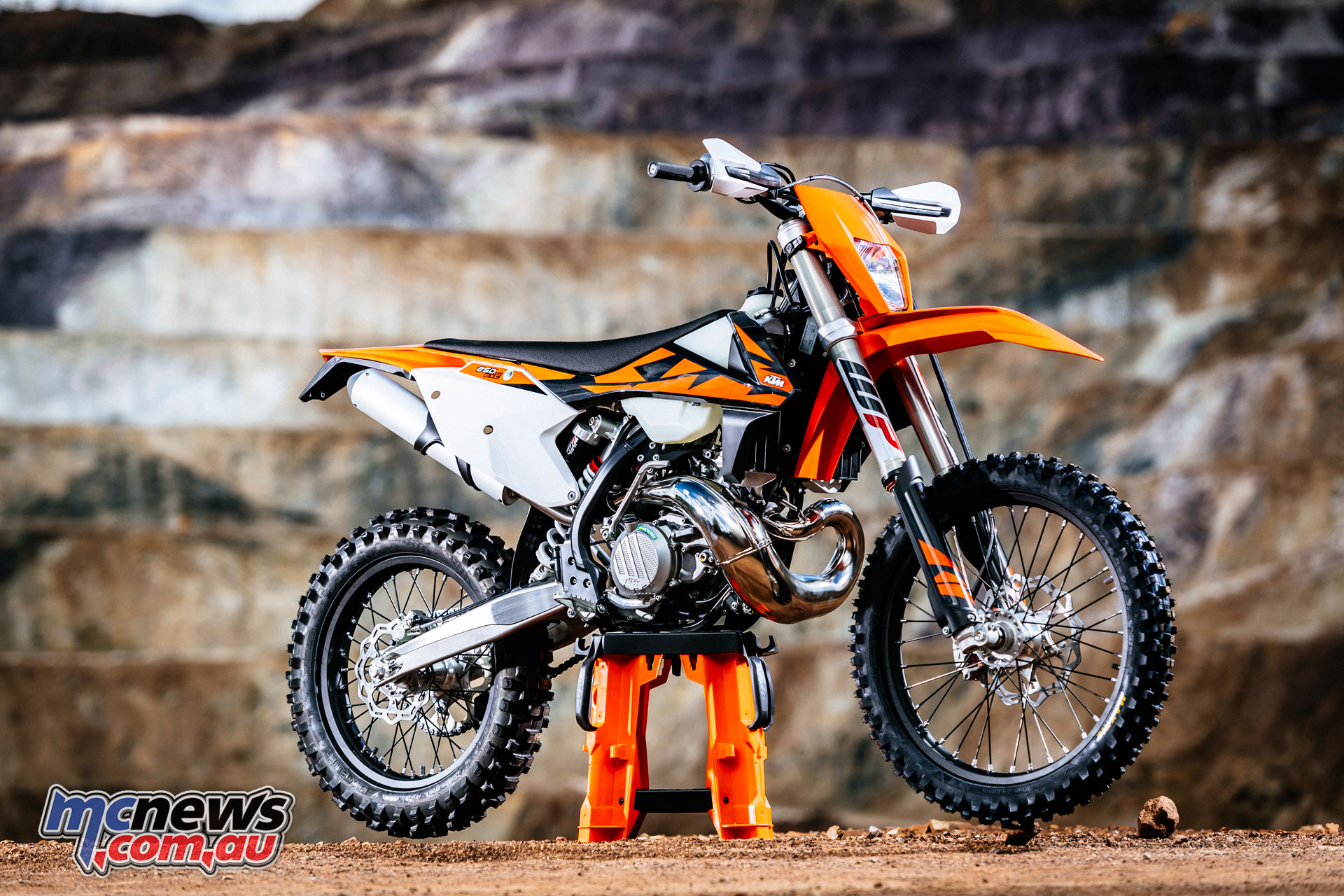 ktm 39 s 2018 two stroke tpi enduro range reviewed mcnews. Black Bedroom Furniture Sets. Home Design Ideas