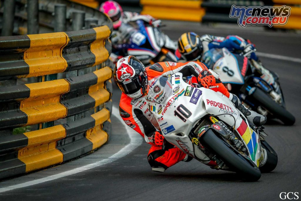 Conor Cummins leads Dan Hegarty at the 2017 Macau GP