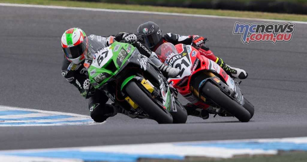 Bryan Staring battling with Troy Bayliss earlier in the weekend - TBG Image