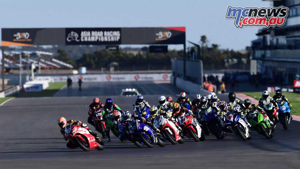 The Supersport field sets off in Race 2 at The Bend Motorsport Park