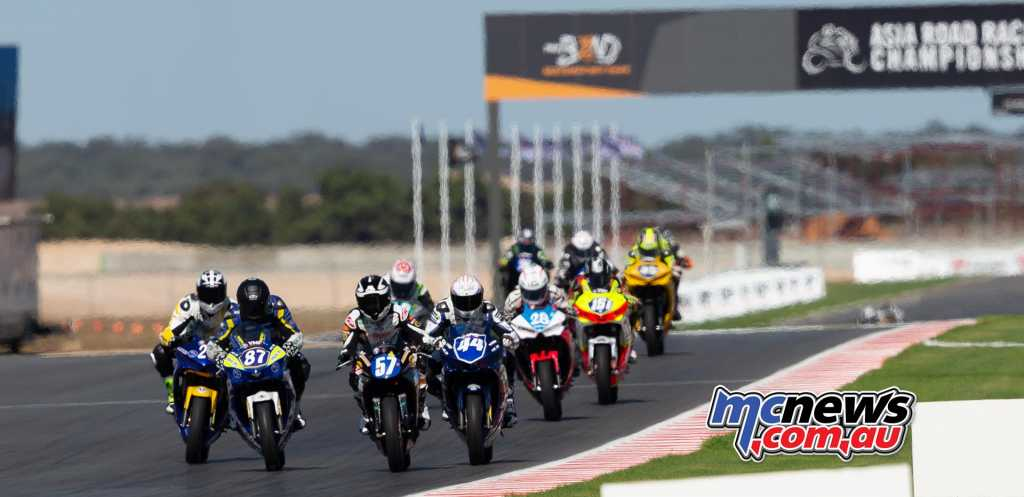 Zac Levy and Seth Crump battle up front - Supersport 300 - TBG Image