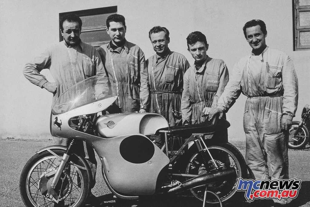 Hailwood with the 250 Desmo, Oscar Folesani, Renato Armaroli, Franco Farne, Mario Recchia