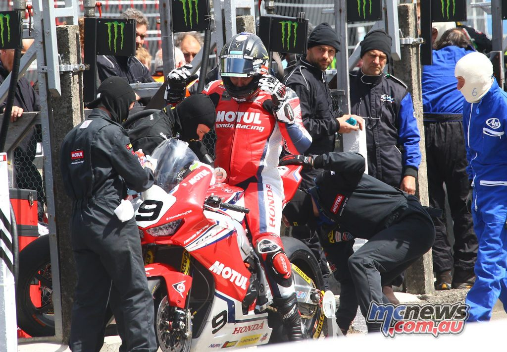 IOMTT David Johnson Superbike Pits HondaImage