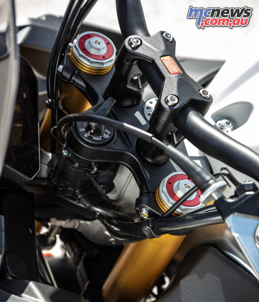 The standard version now receives taller bars, as well as traditional Sachs suspension