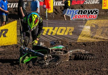 mx nationals coolum rnd mxw nicole kenny picks bike up ImageScottya